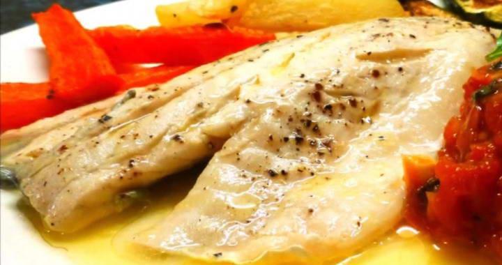 Рецепт сибаса, запечённого в фольге, приправленного томатным соусом с базиликом