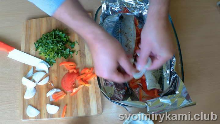 скумбрия с овощами в духовке пошагово