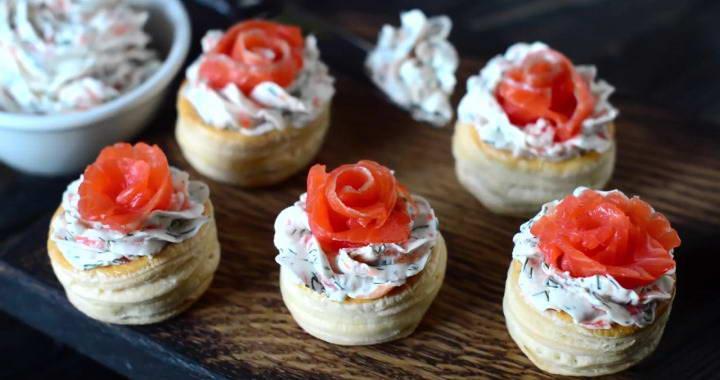 Слоеные тарталетки с красной рыбой — вкусный праздничный рецепт