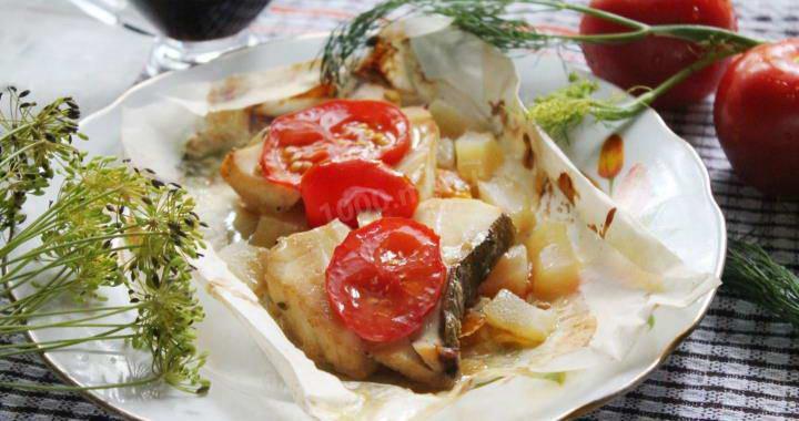 Треска, запеченная в фольге в духовке с луком, помидорами и лимоном