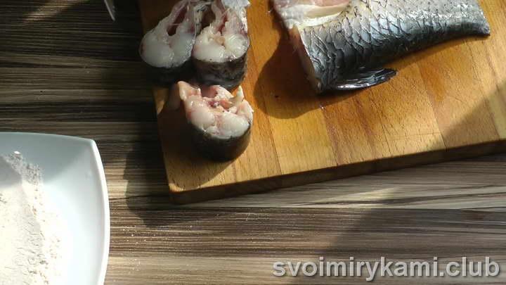 нарезаем рыбу не очень большими и не толстыми кусками