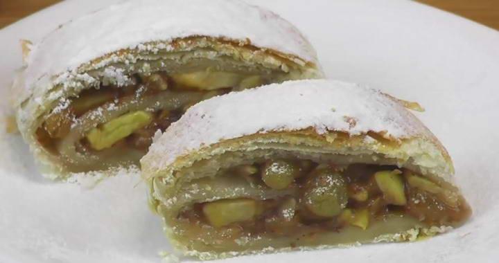 Вкусный и ароматный штрудель из слоеного теста с яблоками, грецкими орехами и изюмом不