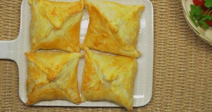 Вкусное хачапури из слоеного теста с сыром不