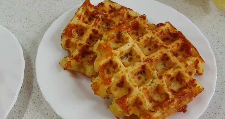 Готовим вкусные сырные вафли в вафельнице на завтрак燎