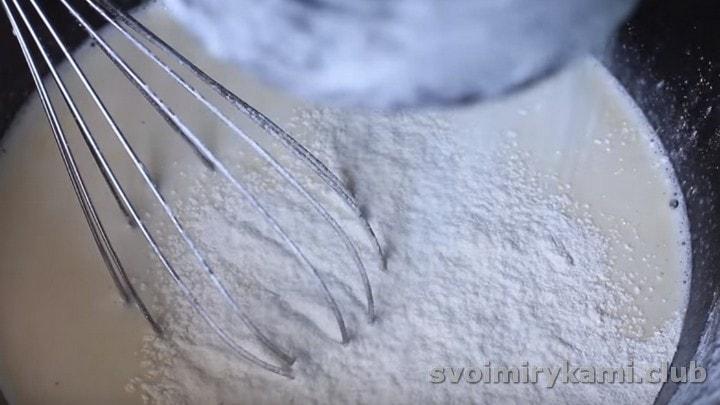 Просеиваем муку с разрыхлителем в тесто.