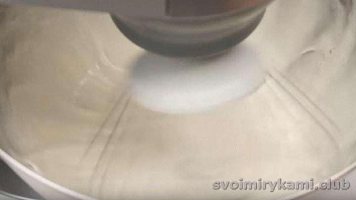 Переливаем белковую массу в чашу миксера и быстро взбиваем.