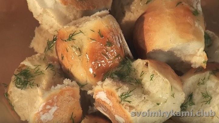 Готовые пампушки поливаем чесночным соусом.