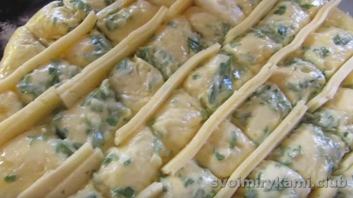 Вставляем ломтики сыра в надрезы на лепешке.