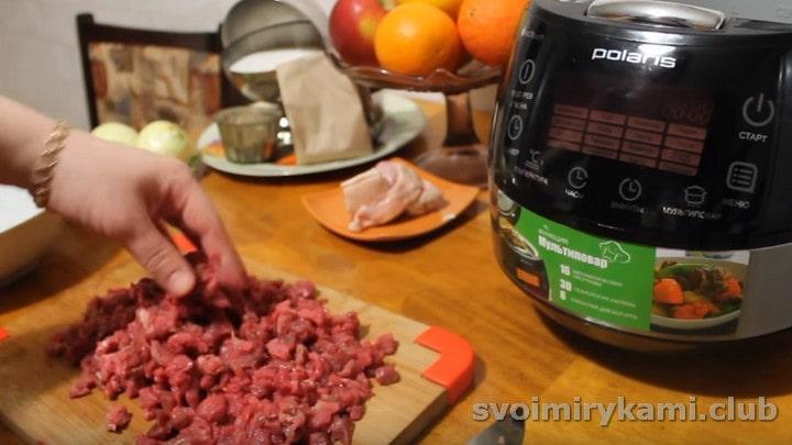 мелкими кусочками нарезаем мясо.