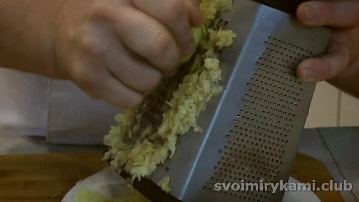 Натираем на терке картофель.