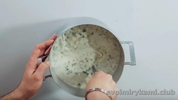 Все ингредиенты выкладываем в кастрюлю с кефиром и перемешиваем.