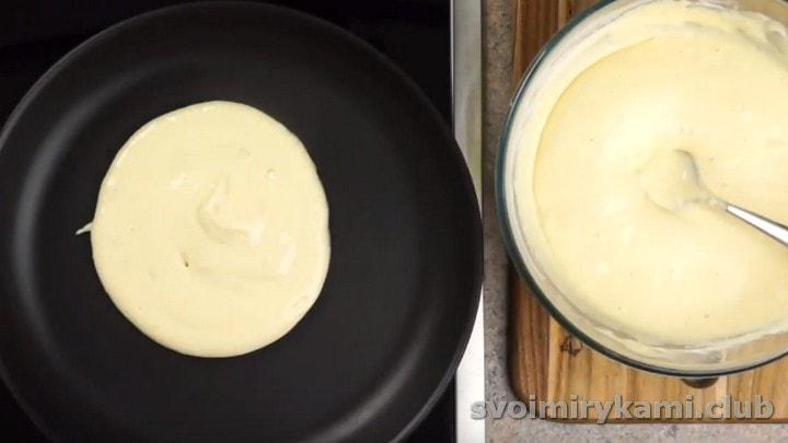 Разогреваем сухую сковороду и наливаем на нее тесто.