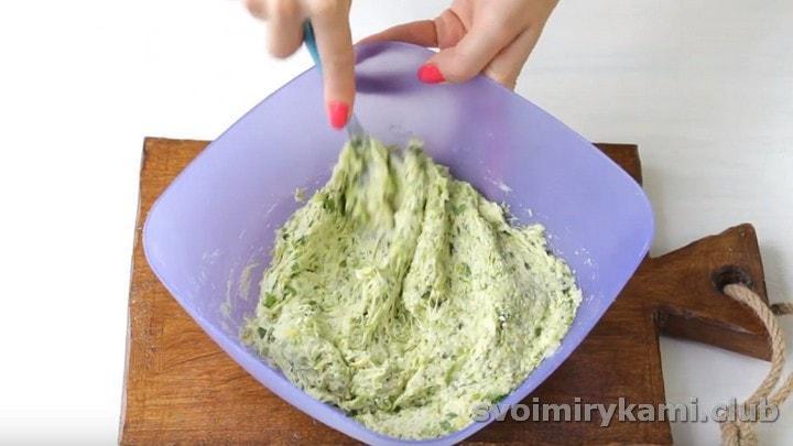 Перемешиваем кабачковое тесто.