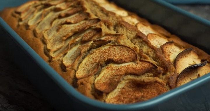 Овсяная шарлотка на молоке с яблоками — очень простой и легкий десерт 🥛