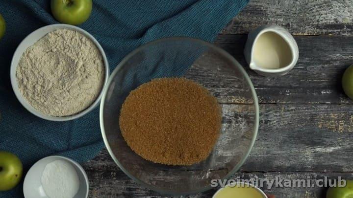 насыпаем в миску сахар, можно коричневый.
