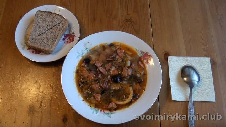 Сборная мясная солянка с картошкой готова.