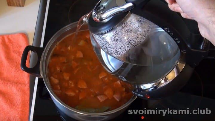 Добавляем немного кипяченой воды в суп.