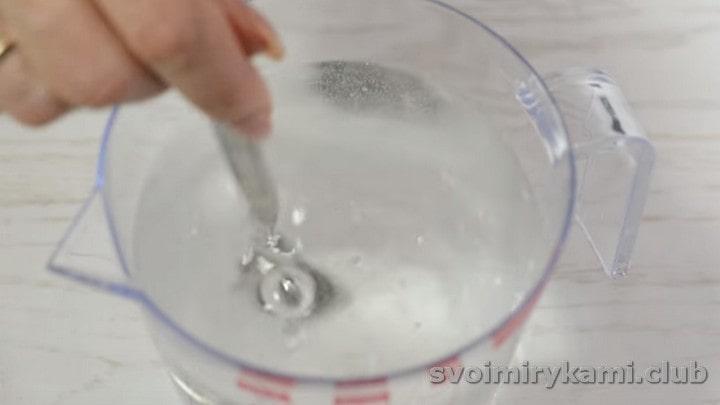 В воде растворяем соль.