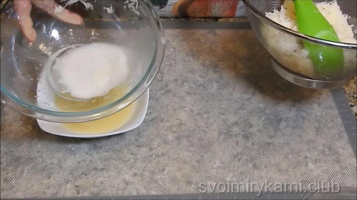 Для приготовления драников смешайте ингредиенты