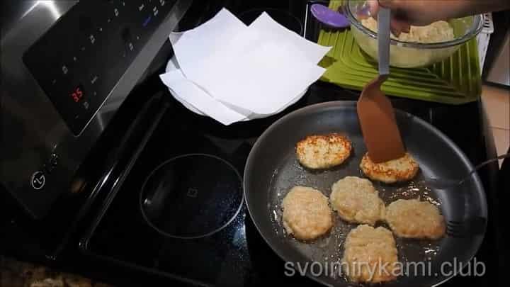 Для приготовления блюда обжарьте оладьи