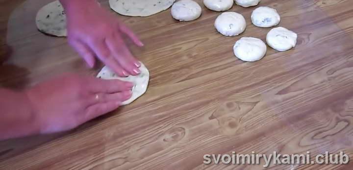 приминаем лепешки, чтобы получился круг диаметром 12 – 15 см