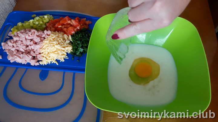 отправляем в миску куриное яйцо