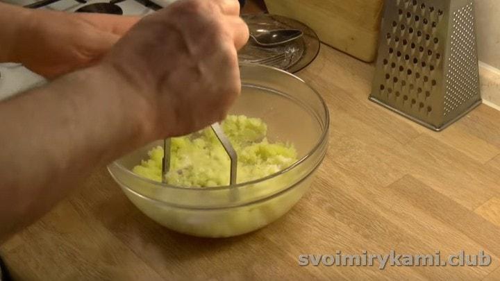 разминаем картофель в пюре.