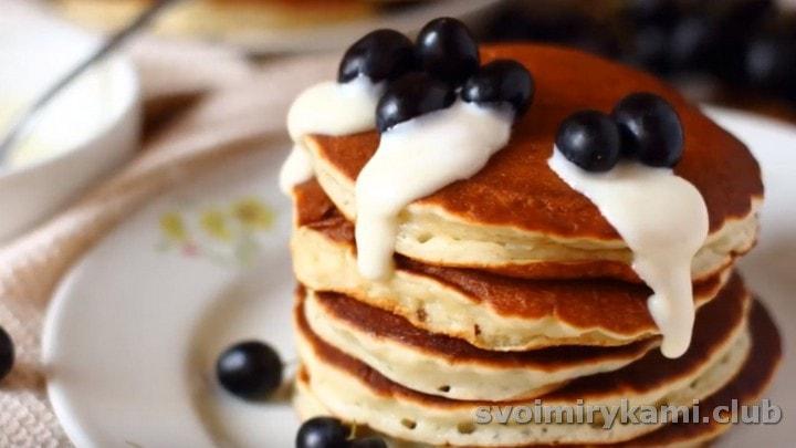 Панкейки, приготовленные на кислом молоке, можно подавать с любыми ягодами, соусами и топингами.