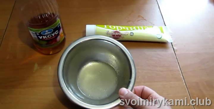 В мисочку наливаем 3 столовые ложки воды