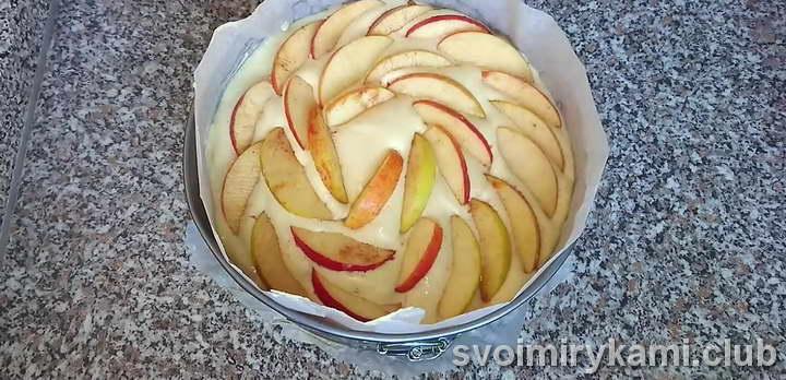 в форму слоями выкладываем яблоки залитые тестом