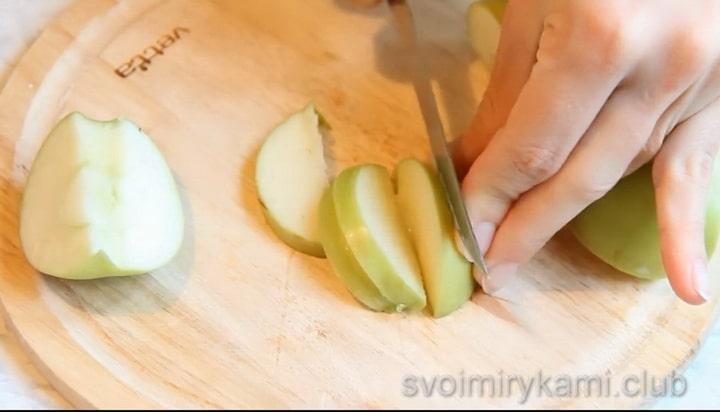 Готовим постную шарлотку с яблоками
