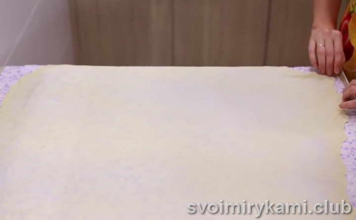 аккуратно растяните тесто в тонкий пласт