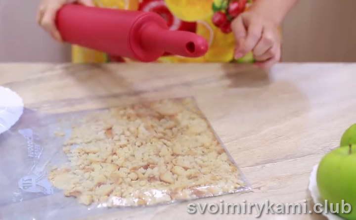 сложите сухари в плотный пакет для пищевых продуктов и отбейте скалкой