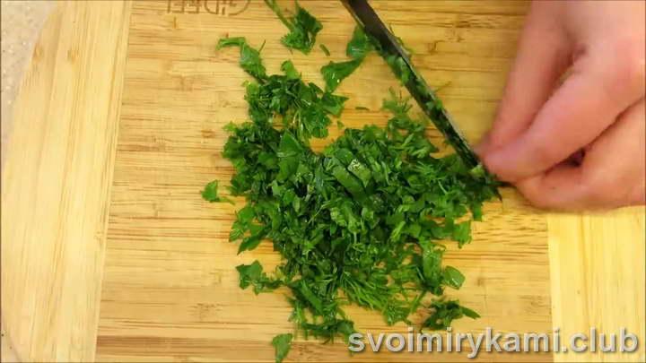 шинкуем зеленый лук и укроп