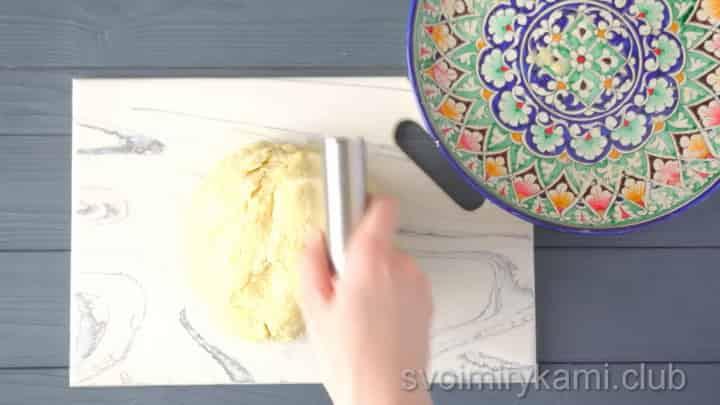Для приготовления блюда нарежьте тесто