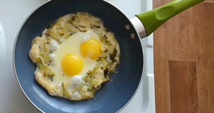 Яичница с сыром и солеными огурцами — вкусно и полезно🥚