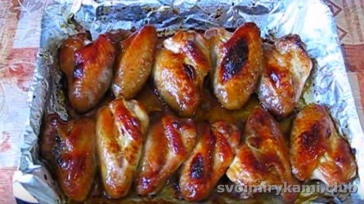 Запекаются куриные крылышки в медово-горчичном соусе быстро.
