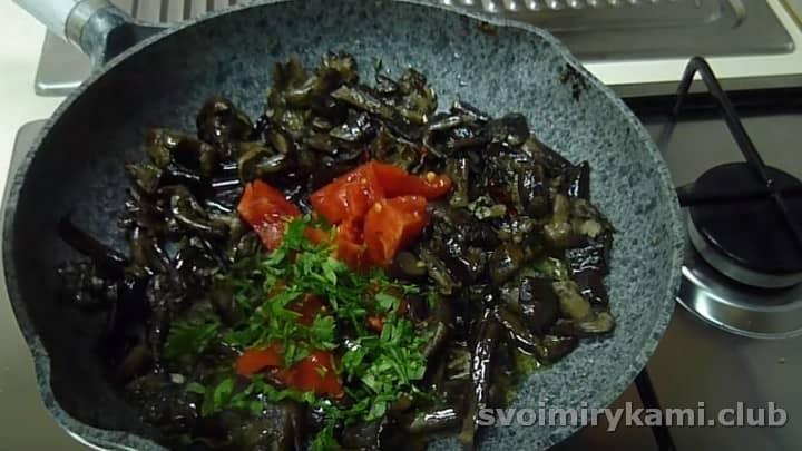 В почти готовое блюдо добавляем измельченную петрушку и помидоры.