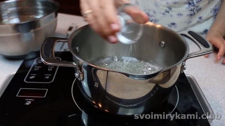 Добавляем в сироп лимонную кислоту и снимаем его с огня.