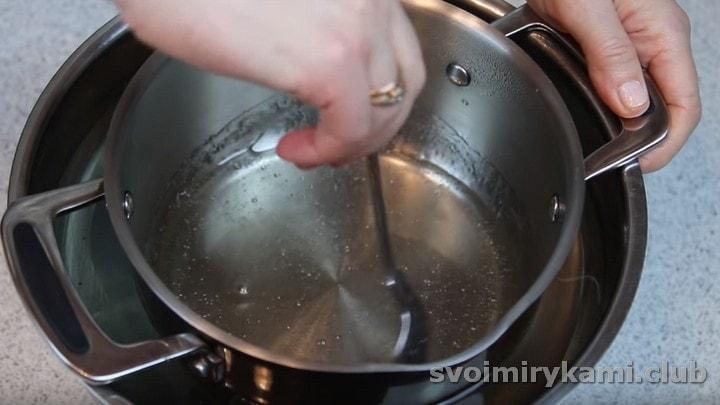 Ставим сотейник с сиропом в миску с холодной водой, даем ему остыть.