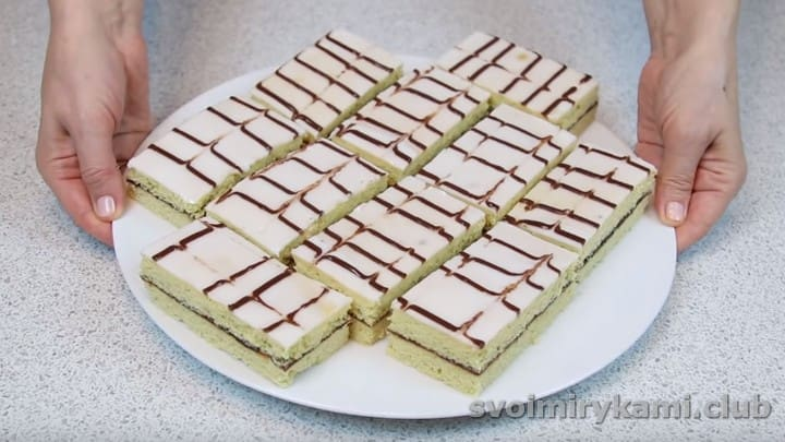 нарезаем пирожное школьное на порции и подаем к чаю!