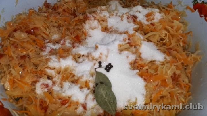 Добавляем соль, сахар, перец горошком и лавровый лист.