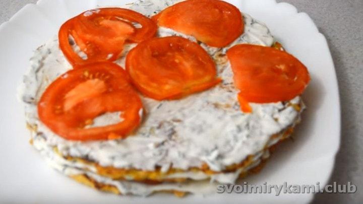 Выкладываем следующий блин, смазываем соусом уже без сыра, выкладываем помидоры.