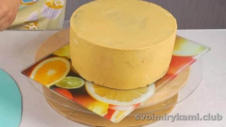 Торт обмазываем масляным кремом.