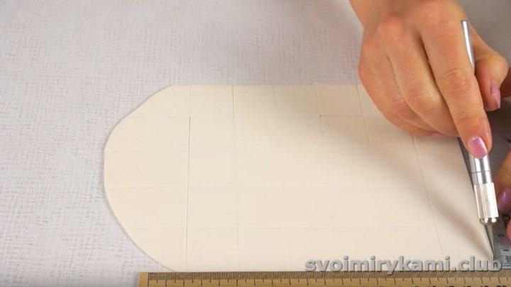 белую мастику тоже режем на квадратики.