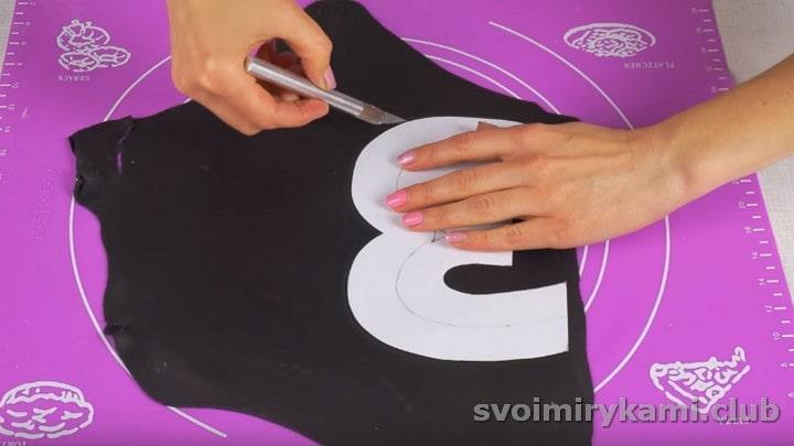 Из черной мастики при помощи лекала вырезаем большую цифру.