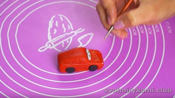 Рисуем на капоте машинки надпись.