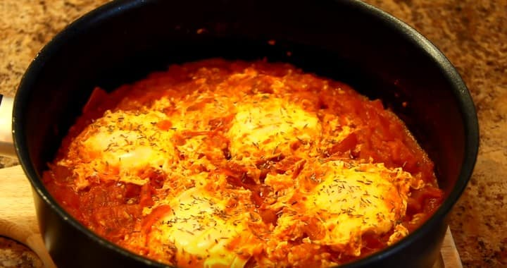 Шакшука — жареные помидоры с яйцами 🍅