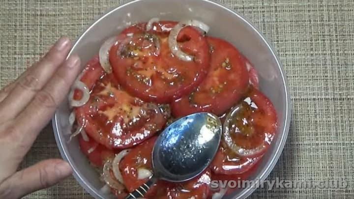 заливаем помидоры маринадом и даем им пропитаться в холодильнике на протяжении двух суток.