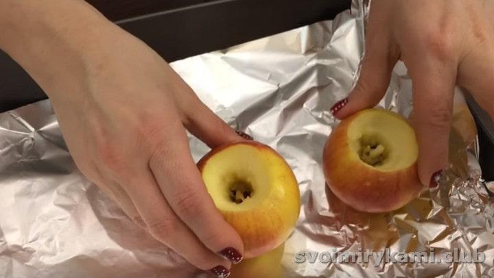 Противень застилаем фольгой, выкладываем на него яблоки.